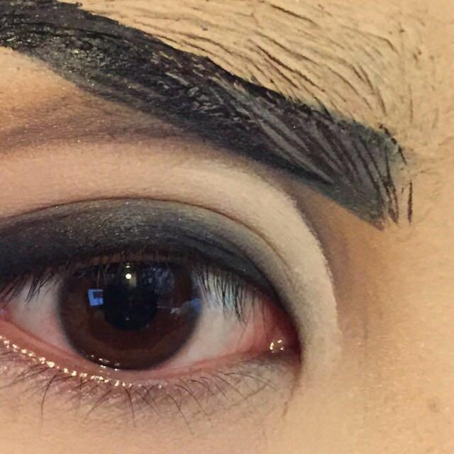 ここは私のこだわりポイントなんですが、 コンシーラーで目頭側のダブルラインを修正します。  全体的にすると浮いてしまいます。