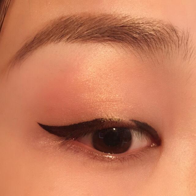 写真のように、黒目上をあけてラインをひきます。