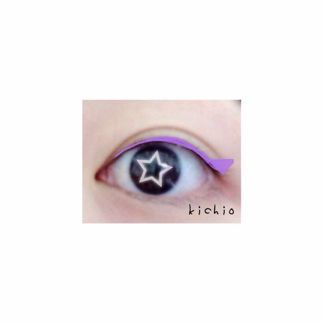 紫のラインに沿って つり目気味に黒のラインをひく  目尻に小さい三角をイメージして書くといい!