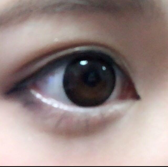 目頭に切開ラインを描いてから目尻は目頭と直線になるくらい下げて描きます。黒目の上は太めに描いてます。