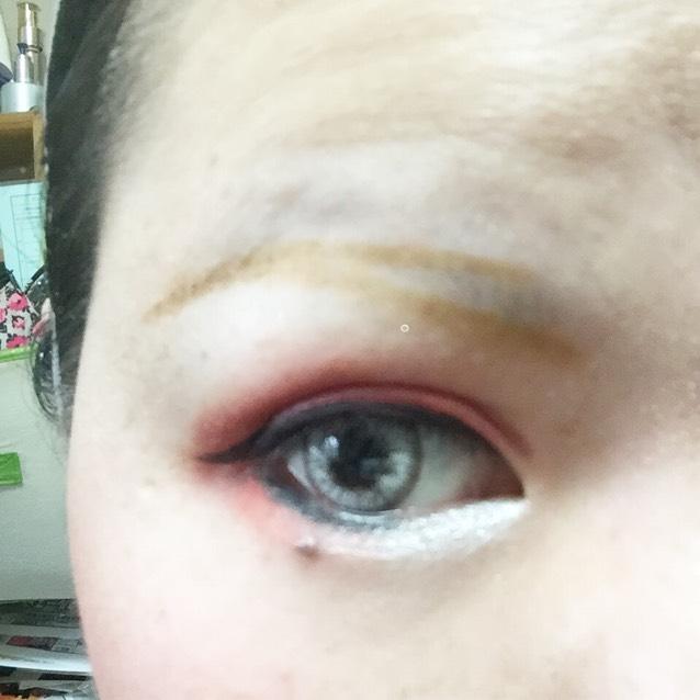 眉毛は輪郭から描いて後から中を塗る