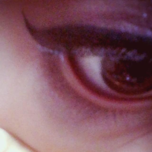 次、黒目の真ん中くらいまで一番濃い二重はばに塗ったアイシャドウで綺麗にはけでひいていきます