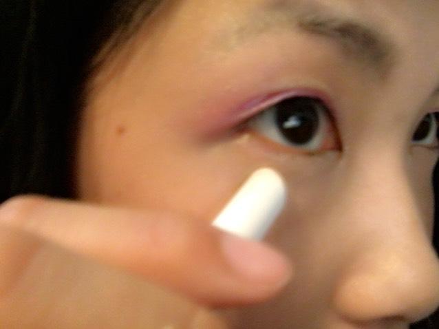 涙袋にコンシーラーを塗り、指で馴染ませます