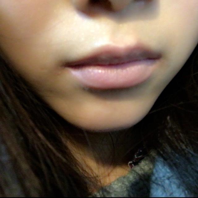 リップクリームを塗った後の唇にコンシーラーをのせて馴染ませます