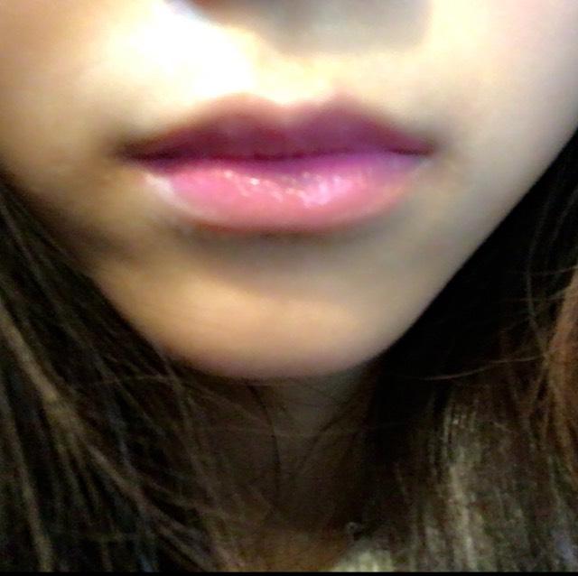 ①を唇の中心側に塗ります