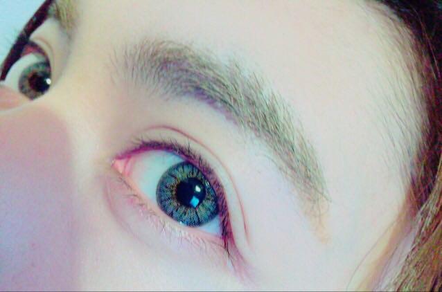 眉毛は太眉が好きなので生やしっぱなし+眉マスカラです~   眉尻を気分で暗めのパウダーで足したりしてます(^_-)-☆  コンタクトはポップレンズさんのものを愛用しています!すっぴんの状態