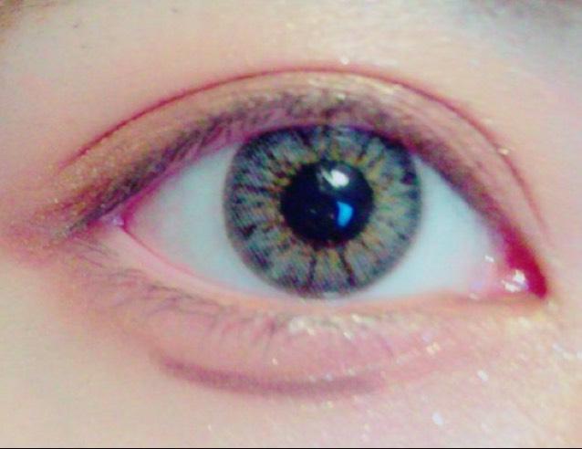 手順が逆になってしまったのですが涙袋の書き方です(;_;) 普段は下瞼に明るめの色を入れて影を作っていますが、今回は下瞼にも②の色を入れました。 ので影を作っていきます   ブラウンのペンシルアイライナーで黒目の下あたりに短め&濃く引きます
