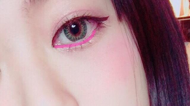 目のキワにそってキャンメイクのジェルスターアイズのピンクのラメを細く載せます。キラキラと魅力的な瞳になります。