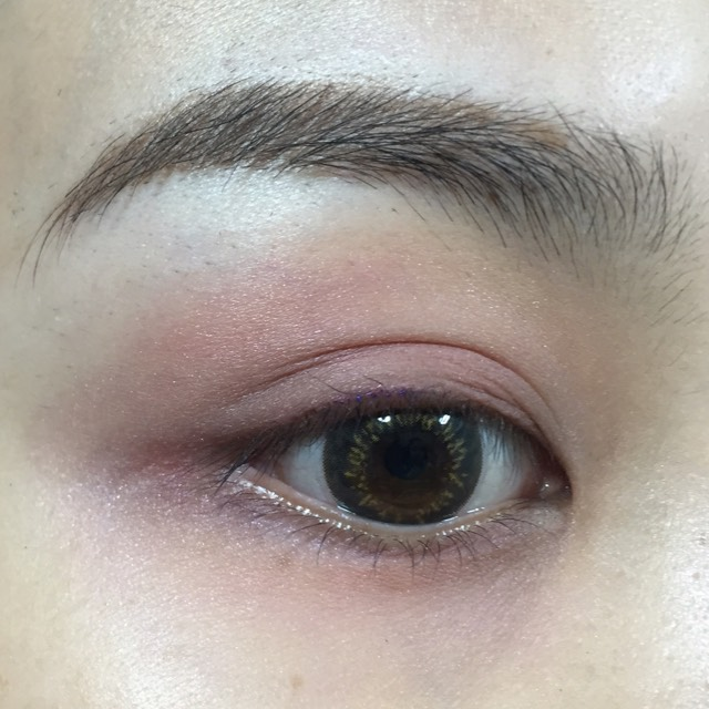 チークを指にとり、 目の周りに広く塗ります。