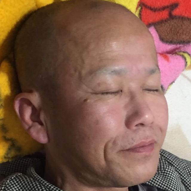 父の寝顔タイム  微笑んでいます。