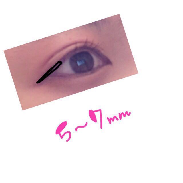 つーちゃんのブラウンのリキッドで目尻側だけアイラインを5〜7mmくらいひきます  目の延長線を下に流して書くようなイメージでひくと 自然なタレ目で大きく見えます  気分で目頭にちょこんと書くことも多いです!