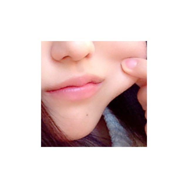 メイベリンのリップクリームピンクグロウを唇に塗り、その上からメイベリンのエレクトロポップの透明を重ねて塗ります。  こうすることで、唇に潤いがでます。