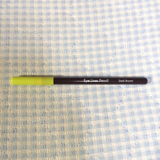 黒目の上から目尻までアイラインを引きます。私は奥二重なので二重の線が見えなくならないように細く引きました。