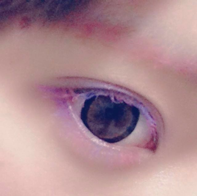 アイシャドウ 上  ブルーのグリッターシャドウ 下  ピンクのグリッターシャドウ 下まぶたの目尻  赤チークを少し  まゆげ 明るいブラウンの眉マスカラで色素を抜いた後ピンクのマスカラをのせる