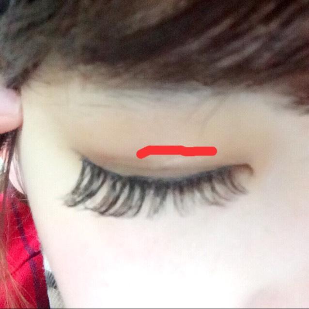 自分の二重の線に沿って絆創膏を切ってはるだけで簡単にできます☆! 赤い線のところがわたしの二重幅の線です。 絆創膏を貼る前にアイプチなど塗るとより効果的だと思います(((o(*゚▽゚*)o))) 説明下手でごめんなさい(>_<)