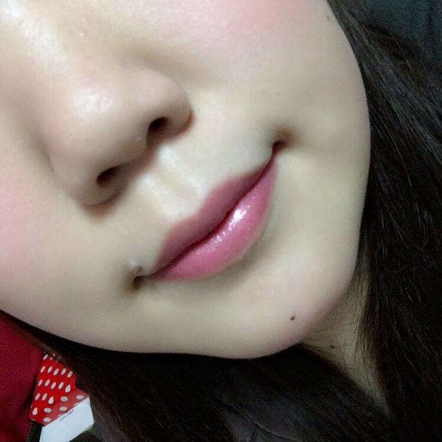 コフレドールのピンクリップをぬります。 チークは液体チークで頬と顎に軽く載せます。指でぽんぽんして馴染ませてください。