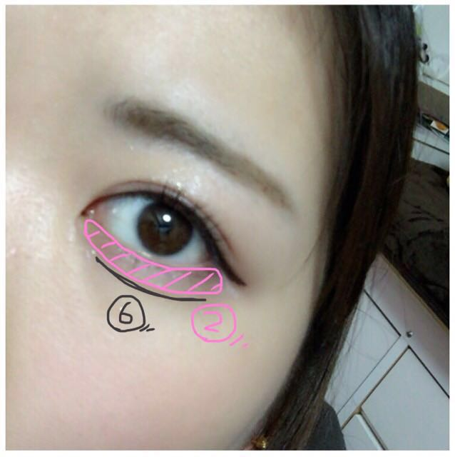 今回はピンクシャドウで涙袋をつくり、強調指せるために影をつけます。 マスカラ下地をつけ、 眉毛もかきかきします。