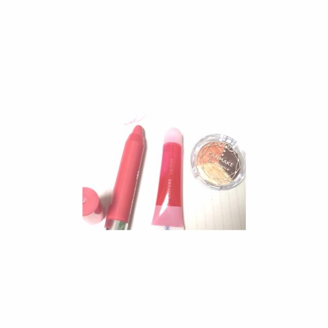 つぎはリップ  左から 100均のクレヨンリップ(サーモンピンク) →ちふれのクリアグロスの赤 →キャンメイクのアイシャドウ