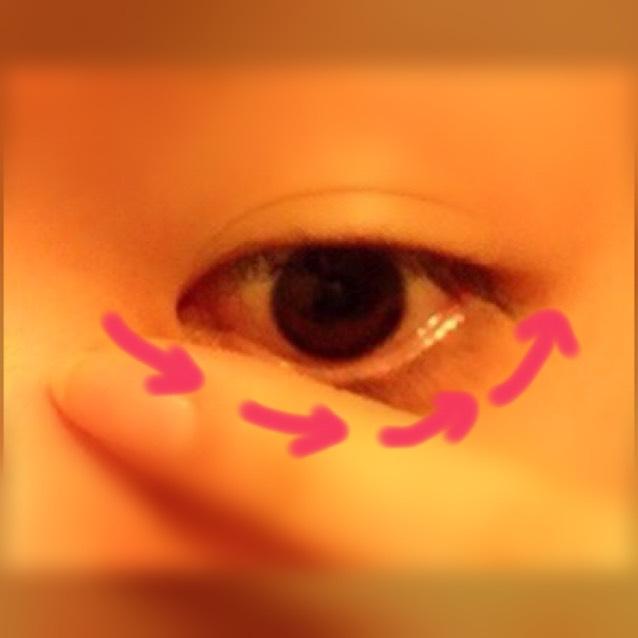 下まつげも塗ります 目頭から目尻に向けて 満遍なく塗ります