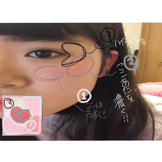 キャンメイクのチークは色んなカラーが入っているものを使います。➀は薄いものを混ぜるそして頬に平たいハートを描くようにしてください ➁濃い部分だけとって小顔に見せるため斜め上に乗せる。そして指で馴染ませたら ➂ハイライト色をとって鼻筋と眉尻の下から黒目の終わりまでくの字にいれます