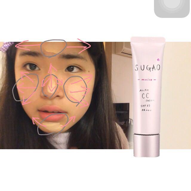 私は肌が赤いのを消したいのでSUGAOを頬に多く塗って、おでこ⇨鼻⇨顎 合計5点において手で伸ばし、頬骨のところにツヤを出すためミシャのクッションファンデーションを載せます(写真はSUGAOの伸ばし方です)