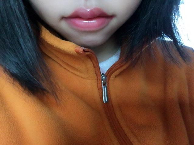 チークを唇全体にぬる  その上にグロスを 唇の中心からポンポンと 広げていく。