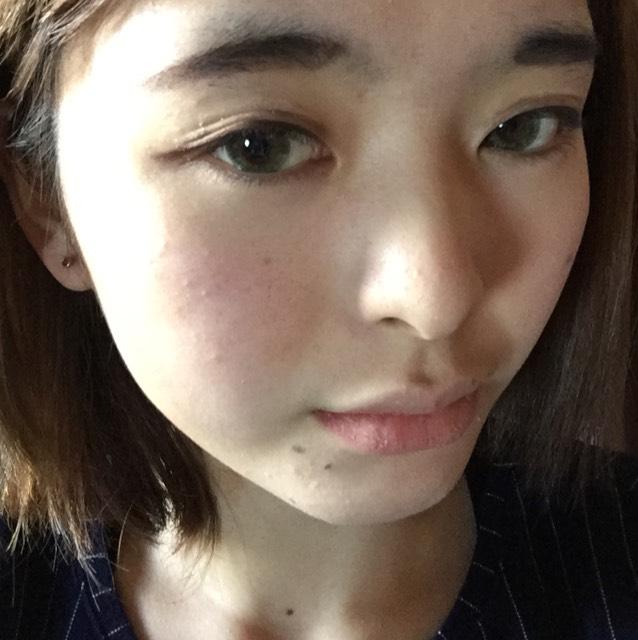 涙袋は薄ピンクのアイシャドウ乗せる。アイブロウペンシルで少しだけ影もつける。今回のメイクではガッツリ作らないでくださいね。 眉毛も完成させる。
