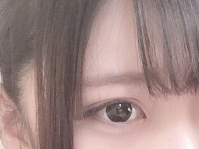 眉毛は分かりにくいですが…明るめの色(ライトブラウン)で困り眉ぎみに書きます!濃いと不自然に見えるのでスクリューブラシでぼかします!
