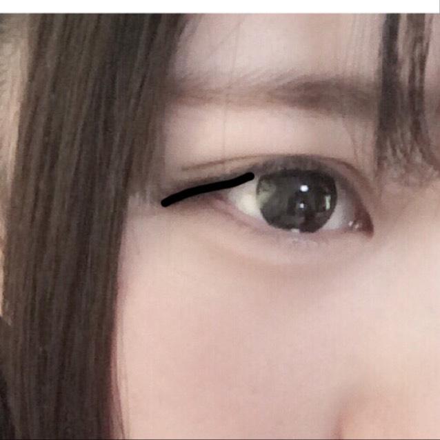 ダークブラウンのアイブロウペンシルでアイラインを書きます。目尻側にのみタレ目に見えるように!つけまつげは目頭側だけをカットし、逆につけて目尻側にのみつけます!(分かりずらい)