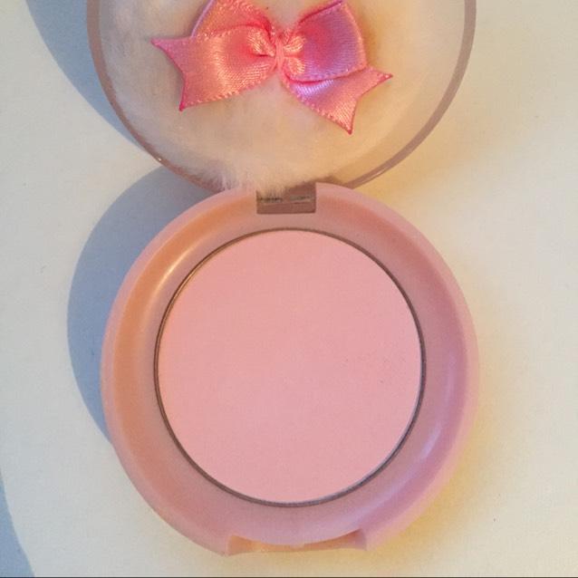 アイホール全体と涙袋の部分にマットな薄いピンクカラーをのせます。 ←エチュードハウス