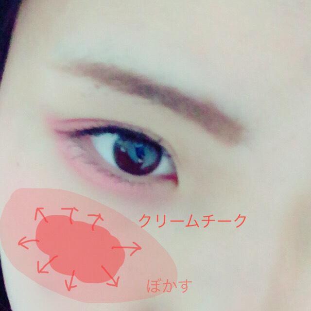 指で目元と同じチークを頬骨の上あたりにのせ、指でしっかりとぼかしてなじませます