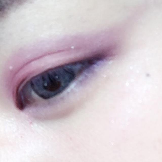 下瞼目尻1/3まで紫のアイシャドウ ピンクのアイシャドウで囲い目