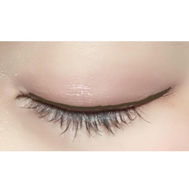 アイライナーをまつ毛の間にはひかず、まつ毛の上に細くひく。 目尻は目を閉じたときの目の延長線にひく。少しはねあげになる。