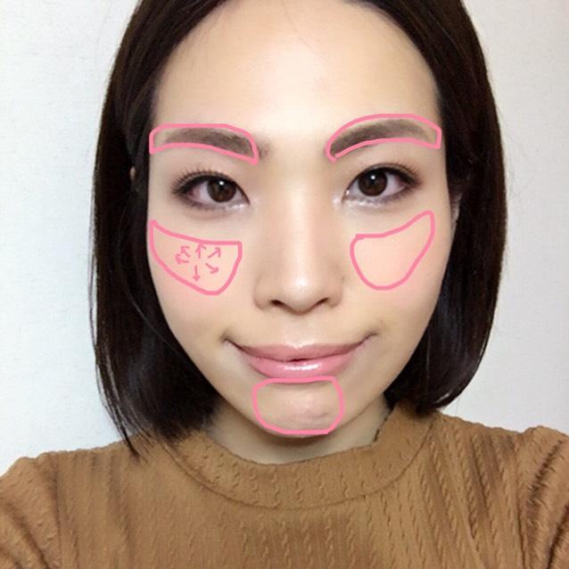 チークブラシにチークを含ませたら、濃くさせないためにティッシュに軽くなじませて、頬に放射線状につける。ブラシに残ったチークでアゴにもうすーくつける。アイシャドウブラシにチークを含ませて眉にもつける。(明るく薄ピンクな感じがかわいいです)