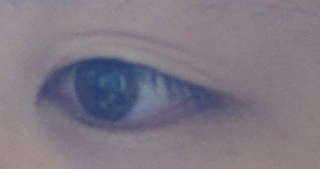 すっぴんの目です(><)  メイクを落として二重をとったあとなので 線はありますが普段は綺麗なひとえです\(^^)/