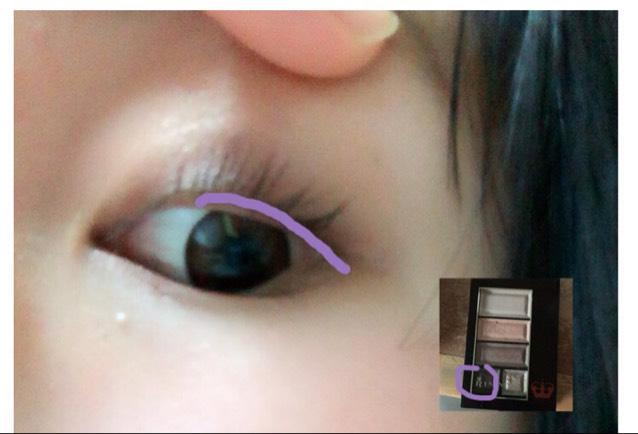 ↑の紫のシャドーを まつ毛の上から 書きましょう  目尻からははみ出さない