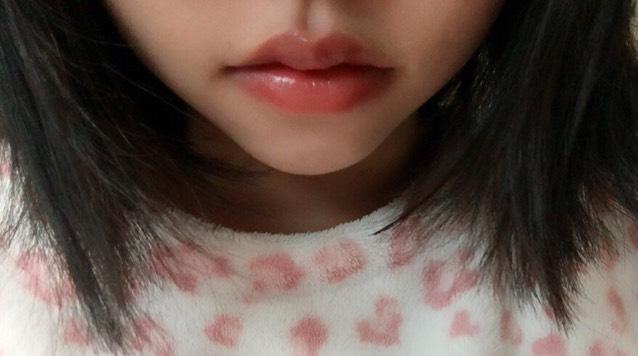 チークを唇全体に。  グロスを中央に少し 多めにのせ、広げましょう