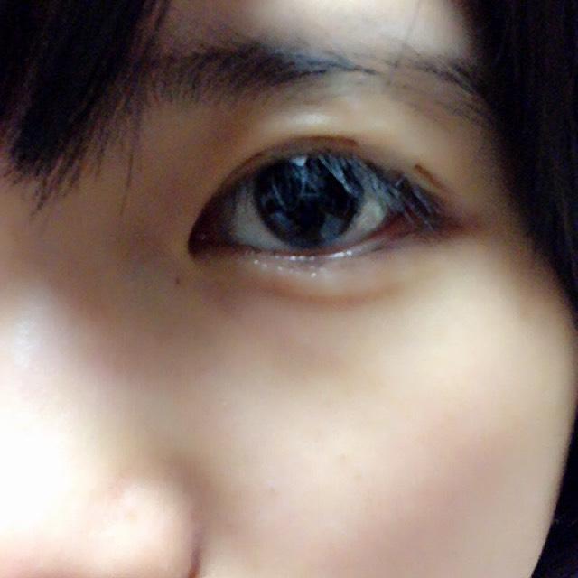 二重にしたい線をプッシャーなどでつけて、目を開いたまま、その線が固定されるように貼る。 そして寝る。 (完全に目はつぶれないです汗)