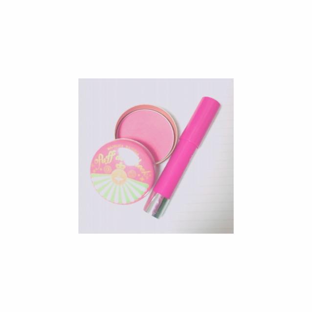 さいごにチーク  左から マジョマジョのチーク 青系ピンク  100均クレヨンリップ  下瞼に塗ったピンクにつなげるようクレヨンリップを指にとり頬骨あたりまでトントン  上からパウダーチークを筆にとりささっと塗る
