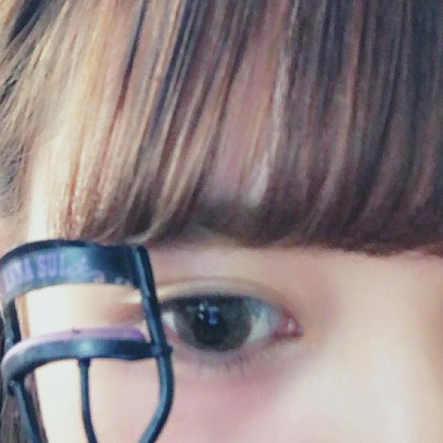 ANNA SUIのビューラーでまつげを上げます。