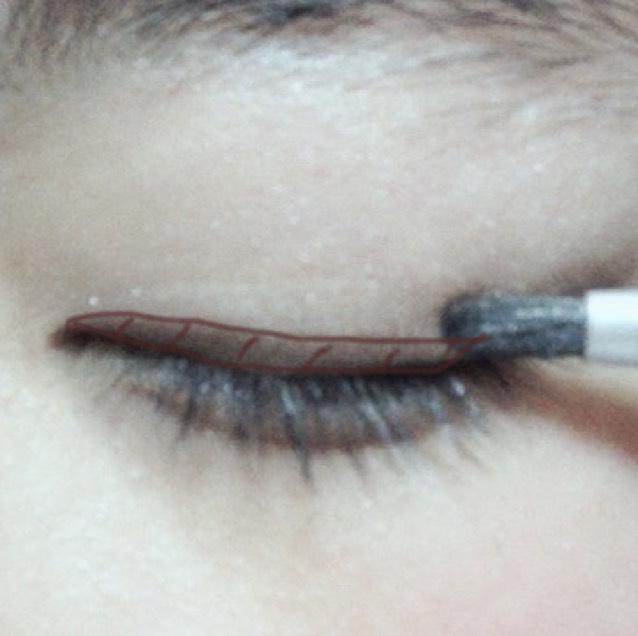dの色を細い筆にとり、目の際に塗っていきます。