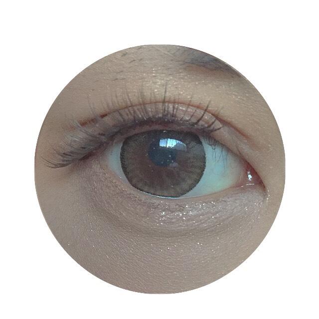 つけまつげは目尻3カット分くらいカットして黒目の真ん中からつけていきます。目尻は下げ気味に抑えながら中央は上向きにつけていきます。