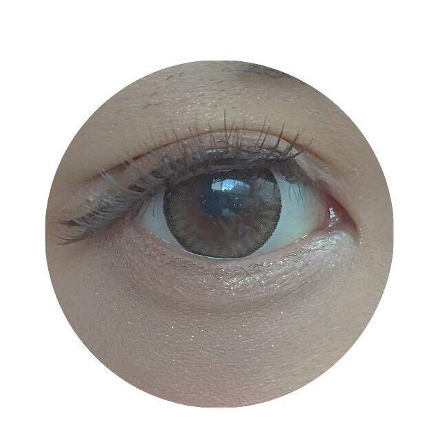 つけまつげは黒目の真ん中からなので目頭は自まつ毛です。フルで使うより目頭自まつ毛と一緒に馴染ませる方がよりナチュラルにでか目に仕上げられます。つけまつげをつけたらもう1度上からアイラインを引いていきます。
