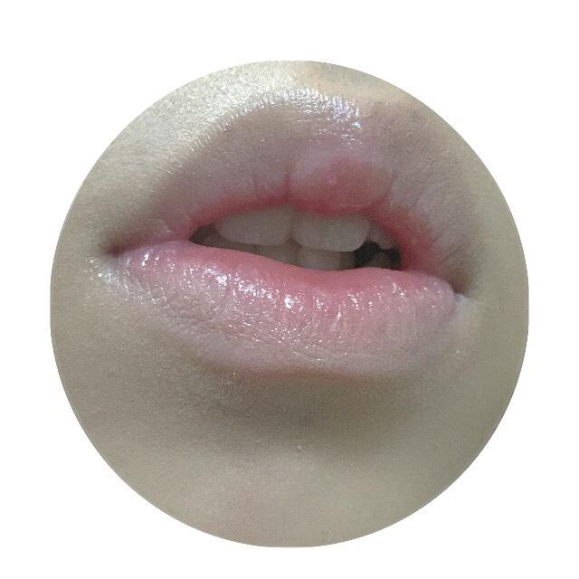 周りを軽くコンシーラーで唇の色を消します。グロスの発色がよくなります。