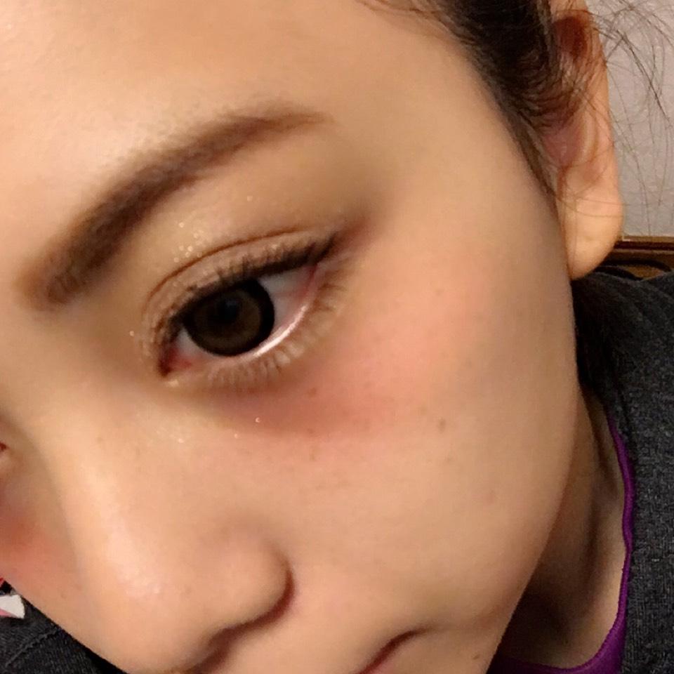 目の下から赤のクリームチークを殴りチーク風に入れます