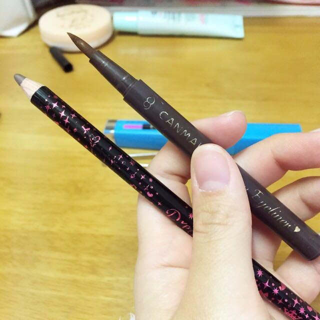 アイライナーは2種類使います。全体的には、下のペンシルタイプで描き、目尻の部分は上のものを使用しました。ライン細め、タレ目が可愛いです。 どっちもブラウン系です。