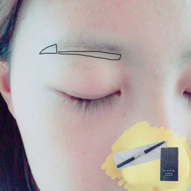 kペンシルタイプのアイブロウで眉の下側と外側に書き足します。  ﹆眉は長めにすると目が大きく見えますよ!
