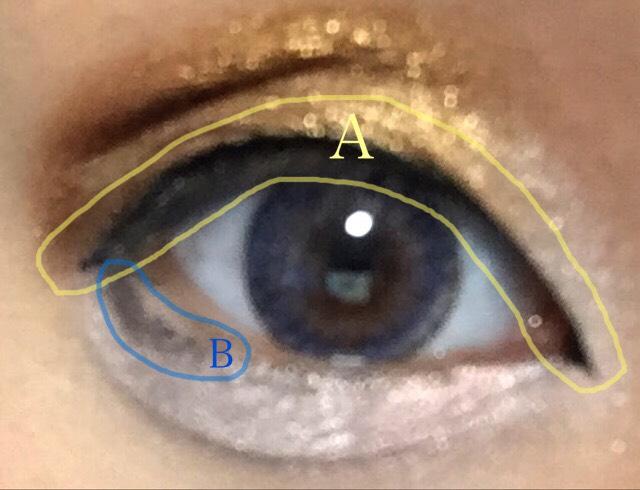 Aに濃い黒のアイライナーでアイラインを描く。 Bで少し目のラインから離して薄い黒のアイライナーでアイラインを描く。