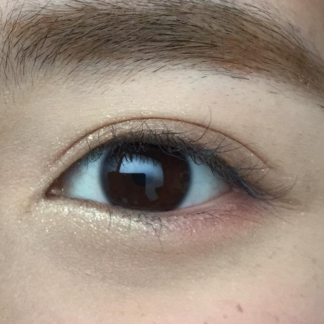 こんな感じになります。 涙袋の部分にラメシャドウをのせるだけで、目の印象が違います。