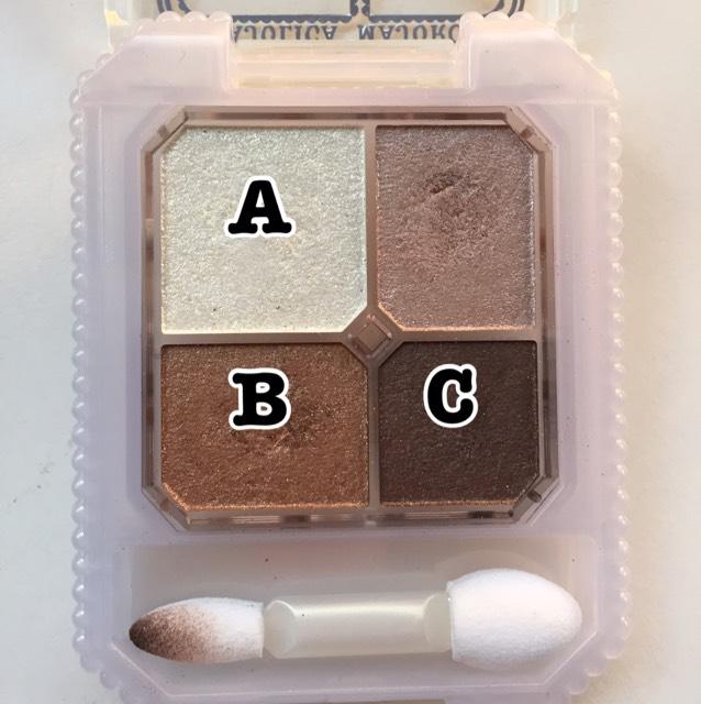 先程も使ったこのパレットのBとCのカラーを混ぜて、ラインをかいたうえをボカします。